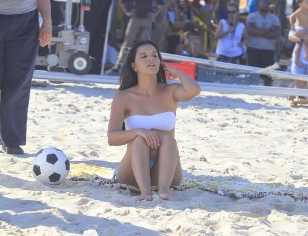 """29.jan.2014 - De biquíni, Mariana Rios gravou cenas de """"Além do Horizonte"""" na praia do Recreio, zona oeste do Rio"""