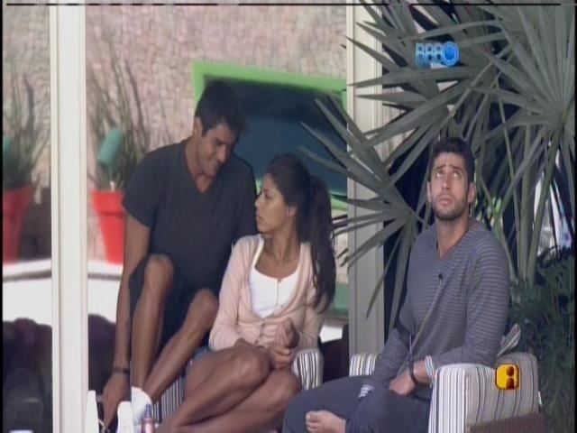 29.jan.2014 - Diego fuma na varanda na companhia de Franciele e Marcelo