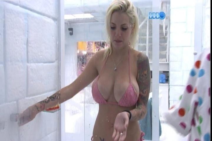 29.jan.2014 - Enquanto toma banho e exibe o corpo em forma, Clara conversa com Angela e Letícia