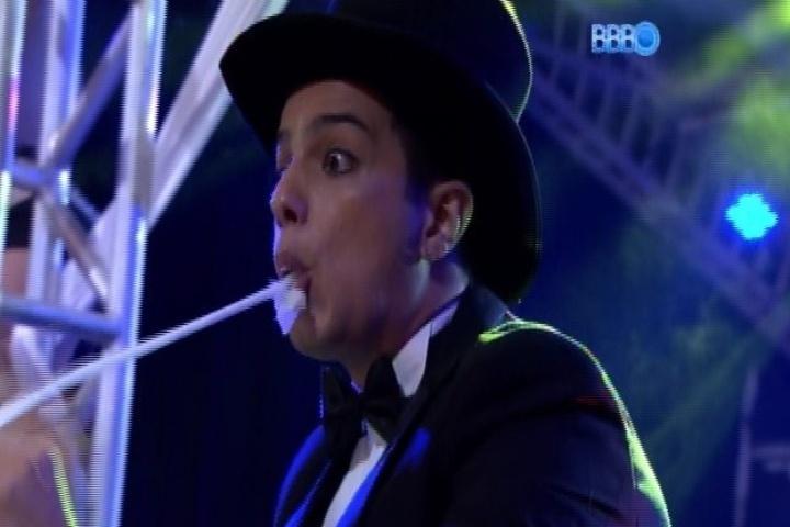 """29.jan.2014 - Homem faz número de mágica durante festa Circus, no """"BBB"""""""