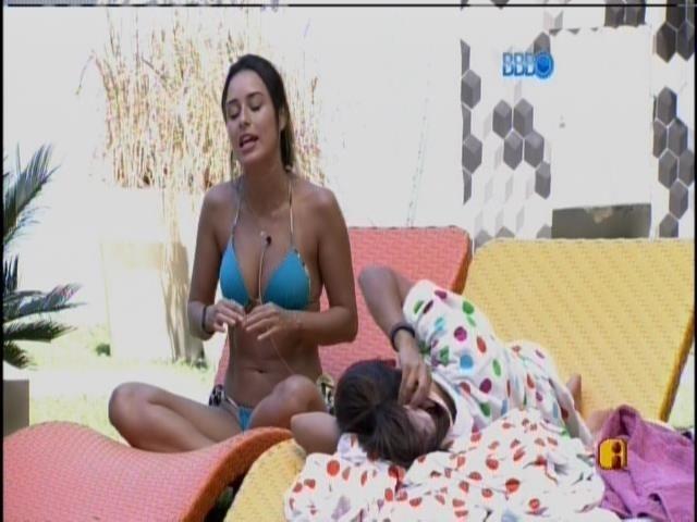 29.jan.2014 - Letícia conversa com Franciele sobre relacionamento