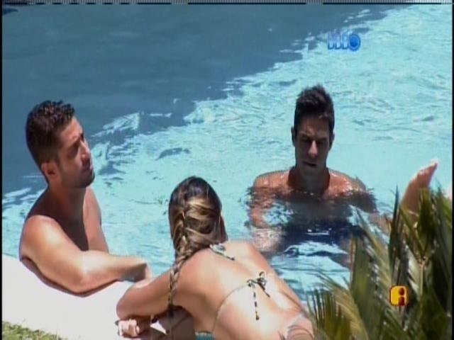 29.jan.2014 - Letícia e Tatiele tomam sol e conversam com Diego e Marcelo na piscina