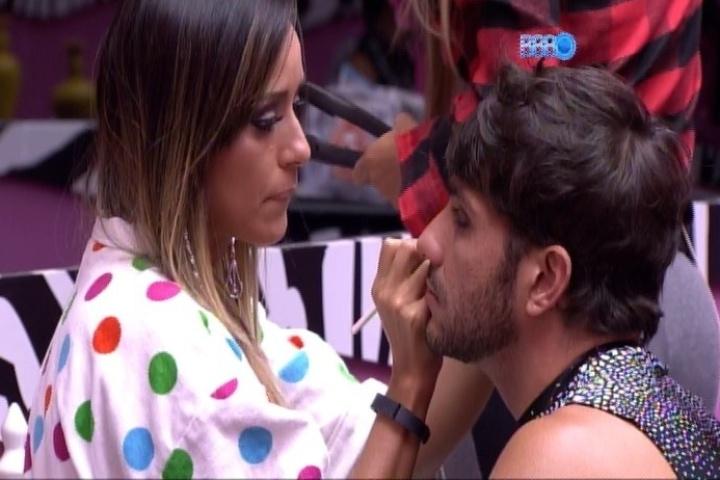 29.jan.2014 - Letícia faz maquiagem em Junior instantes antes da festa