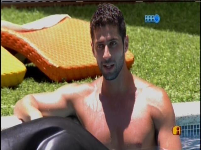 29.jan.2014 - Marcelo na piscina, na companhia de Letícia, Diego e Tatiele