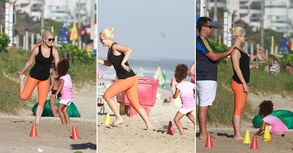 29.jan.2014 - Samara Felippo se exercita na praia da Barra da Tijuca acompanhada da filha, Alícia