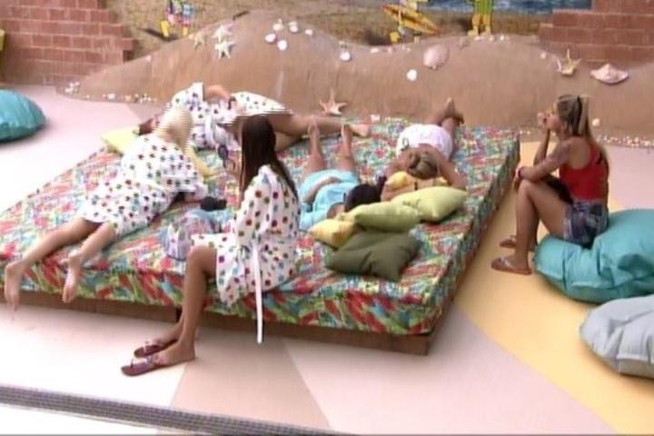 29.jan.2014: Deitadas, sisters conversam sobre relacionamentos na casa.