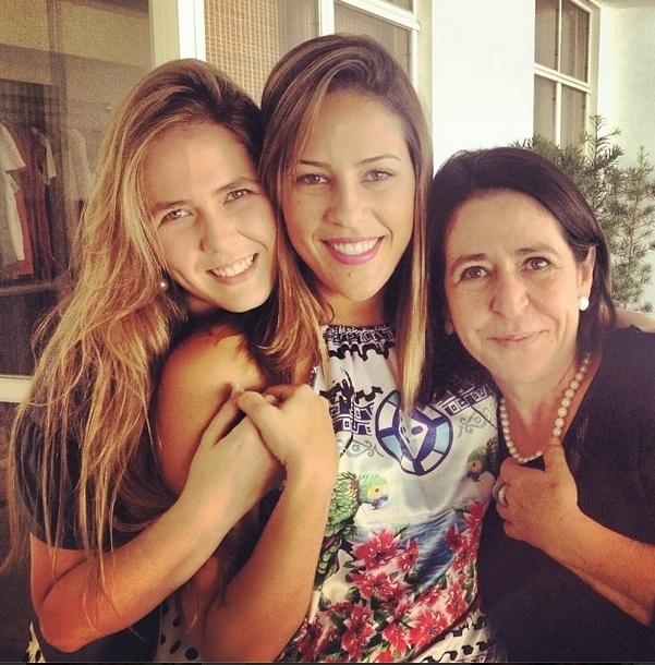 jan.2014 - Fora do confinamento, Princy aparece ao lado das amigas Thatiana e Cristina Zaiden