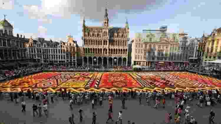 Voluntários trabalham em um enorme tapete de flores em frente ao Grand-Palace em Bruxelas, em agosto de 2012 - Georges Gobet/AFP - Georges Gobet/AFP
