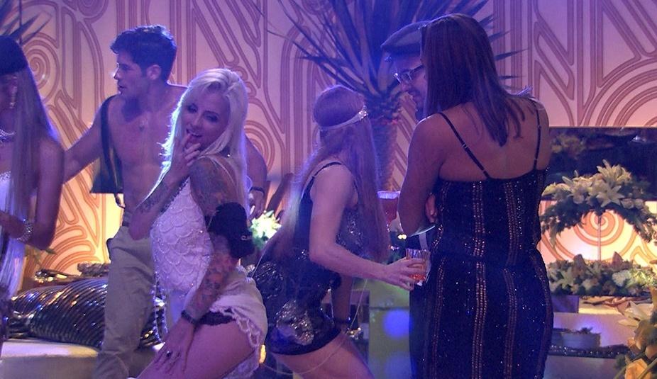16.jan.2014 - Clara dança até o chão com o dedo na boca