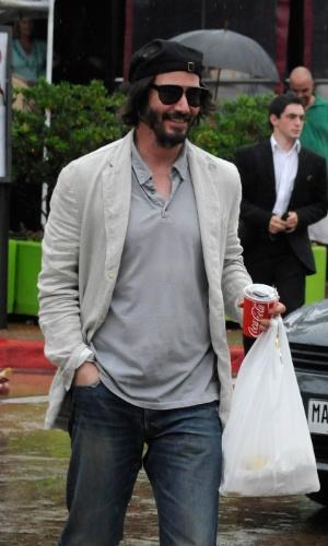 28.jan.2014 - Keanu Reeves compra um sanduíche chivito na Av.Gorlero em Punta Del Este, no Uruguai