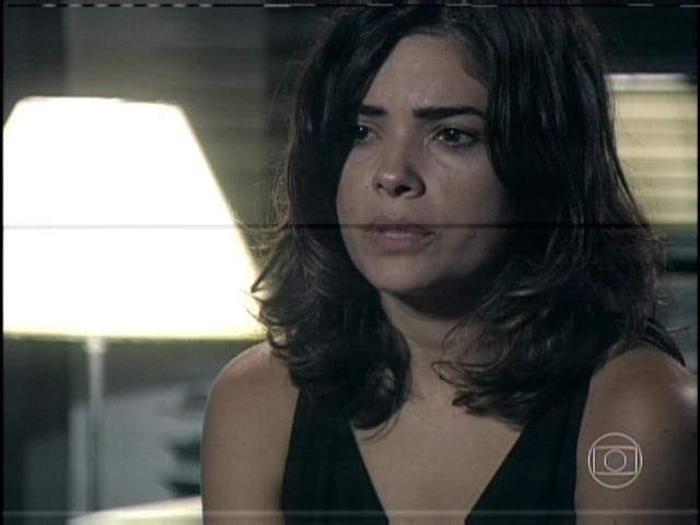 29.jan.2013 - Em depoimento na delegacia, Aline chora e nega que queria ter saído do Brasil