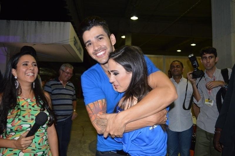 29.jan.2014 - Gusttavo Lima abraça Tatá Werneck nos bastidores do Festival de Verão