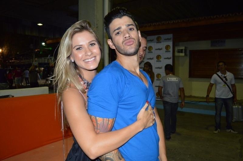 29.jan.2014 - Gusttavo Lima com a namorada nos bastidores do Festival de Verão
