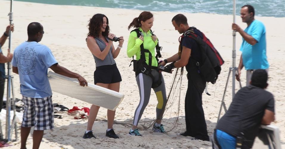"""30.jan.2013 - Vanessa Gerbelli e Julia Lemmertz gravaram cenas de """"Em Família"""" na praia da Reserva, zona oeste do Rio. Na trama elas serão Juliana e Helena, respectivamente"""