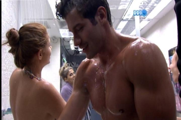 30.jan.2014 - Aline, que tomava banho ao lado de Roni, chamou Tatiele para ficar junto com eles. Ela disse que iria, mas não foi; Amanda foi em seu lugar