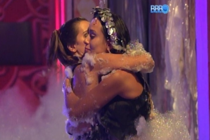 30.jan.2014 - Angela e Letícia conversam sobre Junior e a mineira se emociona quando a advogada fala sobre a amizade delas