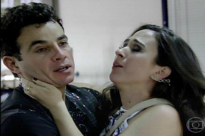 30.jan.2014 - Carlito finalmente perdoa Valdirene e os dois se reconciliam