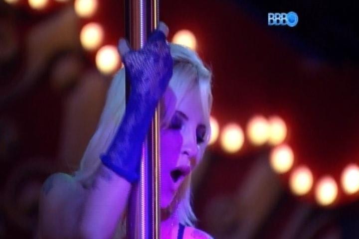 30.jan.2014 - Clara sensualiza no pole dance. Na companhia de Vanessa, a sister foi a última a deixar a festa
