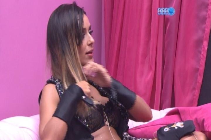 30.jan.2014 - Letícia diz que não quer voltar para a festa após ser provocada por Junior