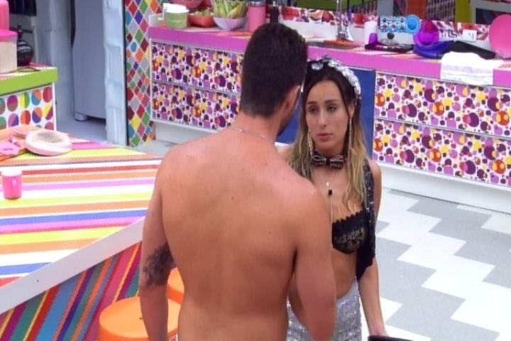 30.jan.2014 - Marcelo diz para Letícia que as coisas seriam muito diferentes caso eles estivessem fora do programa