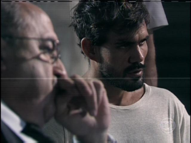 30.jan.2014 - Ninho pergunta ao policial se pode ir embora e diz a Aline que ela vai para a cadeia como ele