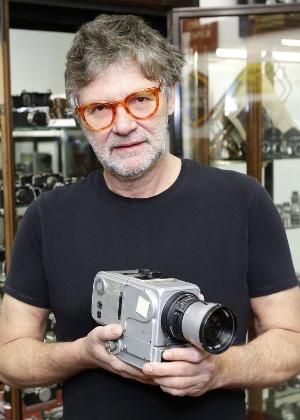30.jan.2014 - Peter Coeln, fundador da galeria Westlicht, segura câmera de fotos da Nasa que retornou à Terra após as diferentes missões Apollo na Lua  - Dieter Nagl/AFP