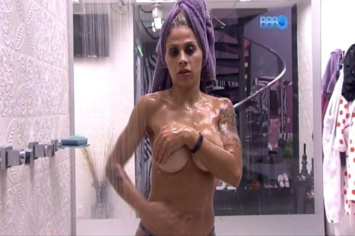 30.jan.2014 - Última a deixar a festa, Vanessa toma banho sem a parte de cima do biquíni. A sister cobriu os seios com as mãos
