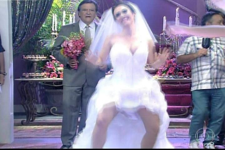 """30.jan.2014 - Valdirene e Carlitos se casam. A """"piradinha"""" entra na igreja ao som de funk"""