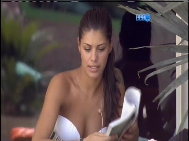 30.jan.2014. Franciele conta para Clara que transou com Diego