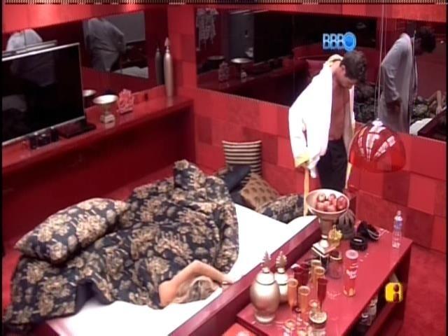 30.jan.2014. Roni e Tatiele são os primeiros a acordarem após o alarme
