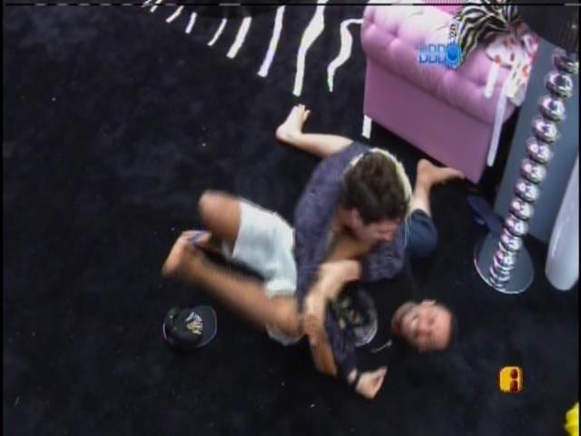 30.jan.2014. Valter e Cássio brincam de luta no chão da sala da casa