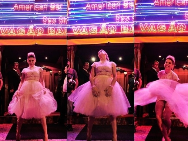 """Em """"Amor à Vida"""", Edith aparece vestida de noiva na frente de uma boate de striptease"""