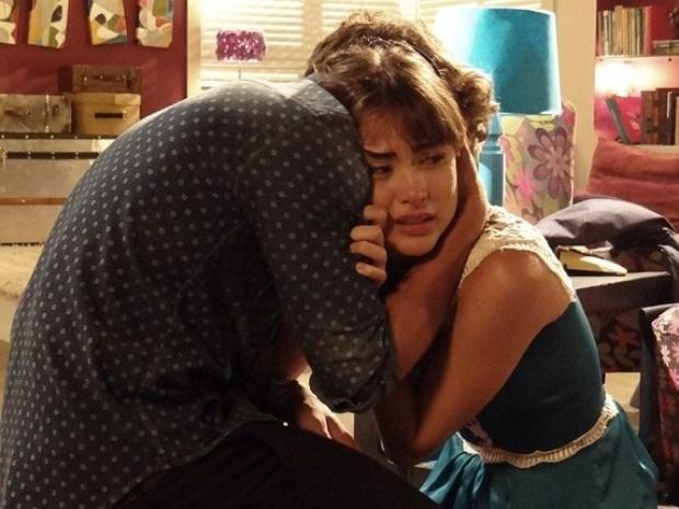 Em Amor à Vida, emocionada, Patrícia chora ao descobrir que Michel é o pai de seu filho