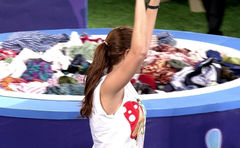 30.jan.2014 - Amanda não consegue pegar a blusa rosa e é a terceira eliminada