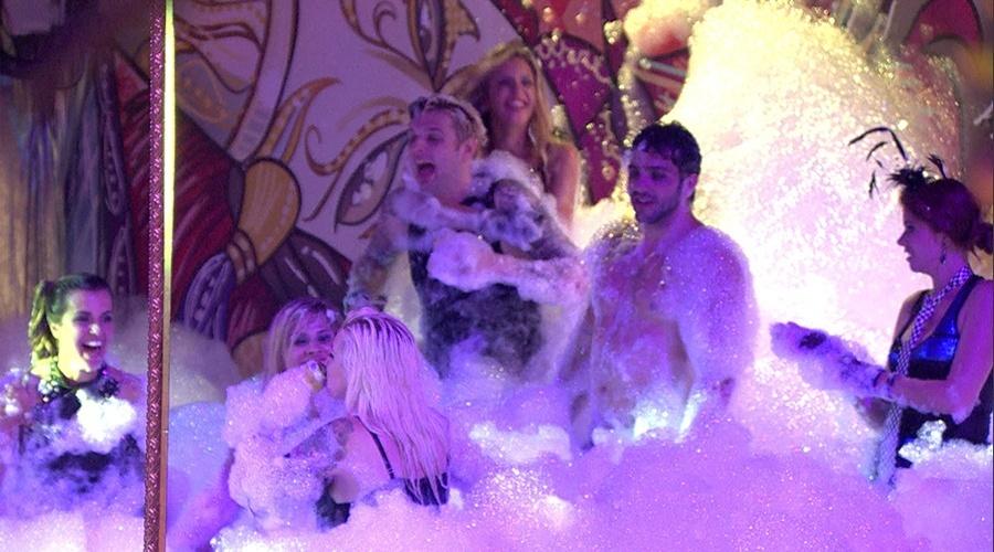 30.jan.2014 - Brothers curtem festa debaixo de espuma