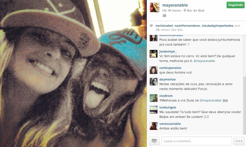 31.jan.2014 - Isis Valverde posa ao lado da prima Mayara Nable momentos antes do acidente de carro