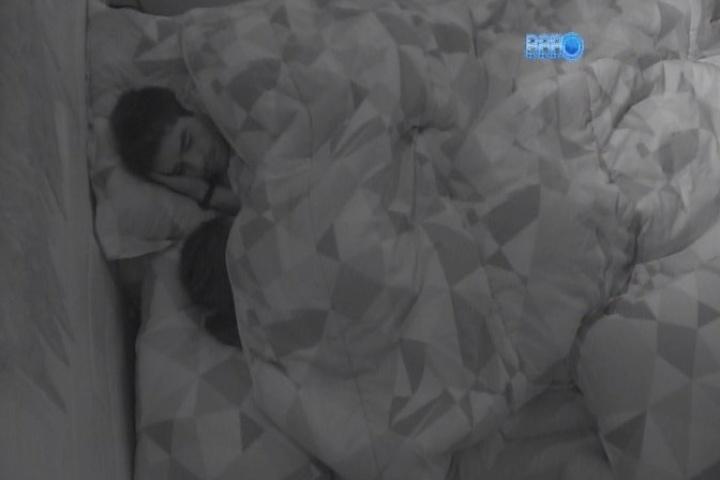 31.jan.2014 - Após brigas, Franciele pede desculpas a Diego e o casal frango faz as pazes antes de dormir