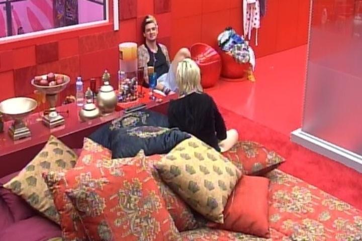 31.jan.2014 - Cássio conversa com Clara e cogita a possibilidade de votar em Vanessa