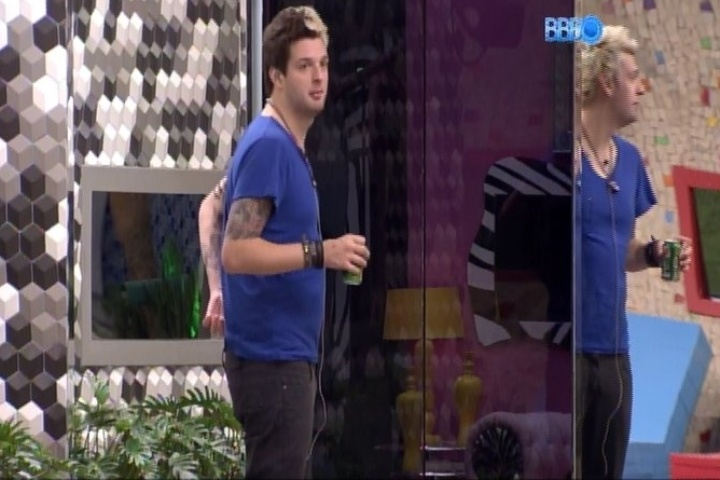 """31.jan.2014 - Cássio dá conselho a Letícia sobre o """"rolo"""" com Junior e Marcelo"""