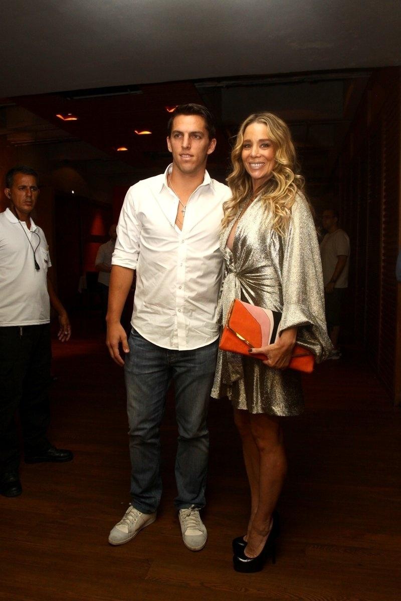 31.jan.2014 - Danielle Winits e o namorado, Amaury Nunes, assistem juntos ao último capítulo de