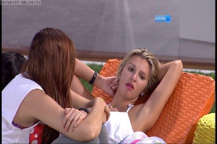 31.jan.2014 - Tatiele conversa com as sisters e confessa que tem ciúme de Aline em relação a Roni