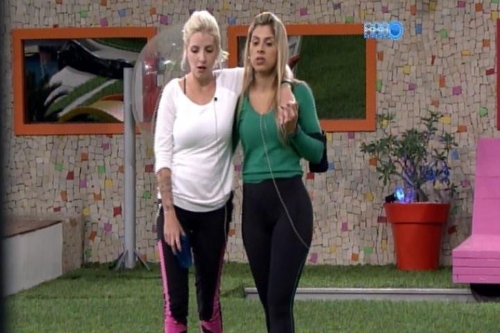 """31.jan.2014 - Vanessa conversa com Clara sobre Cássio e diz que o líder é """"um mistério"""""""