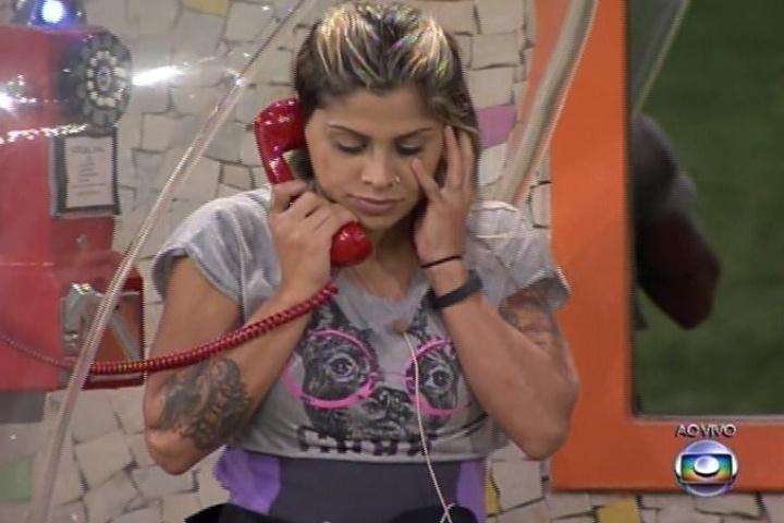 31.jan.2014: Vanessa atendeu ao Big Fone, que tocou nessa sexta-feira; Vanessa pegou três munhequeiras (para imunidade, paredão e outra apenas para disfarce); ela entregou as pulseiras a Amanda e a Clara