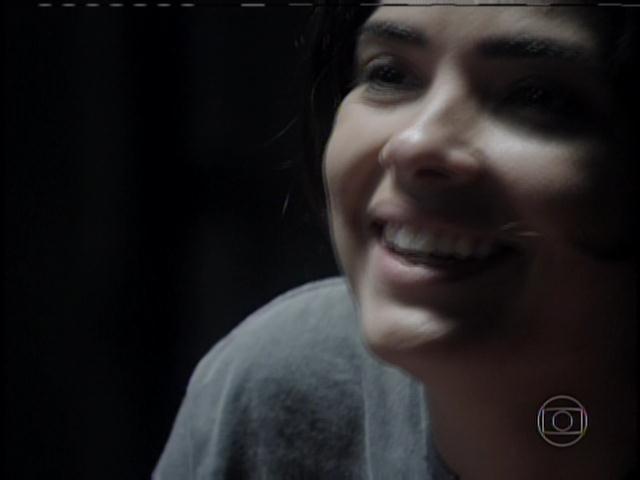 Aline ri de César ao ouvir que ele a ama