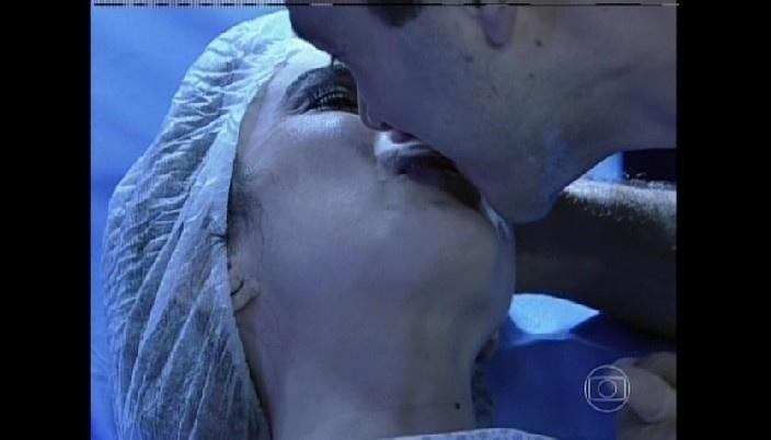 Carlito beija Valdirene na sala de parto