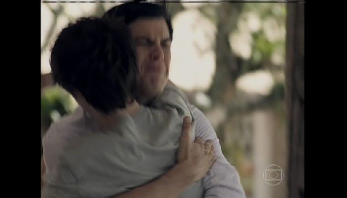 César vibra ao saber que Jonatan passou no vestibular