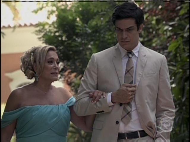 Félix diz a Pilar que quer cuidar de César