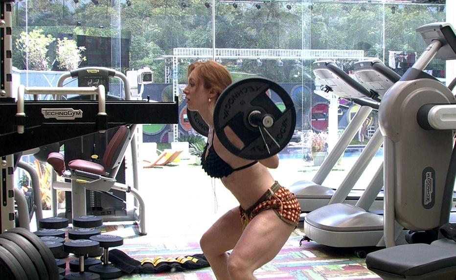 jan.2014 - Aline exibe os músculos no