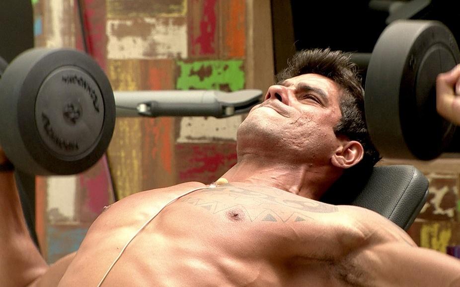 jan.2014 - Diego malha o peitoral na academia