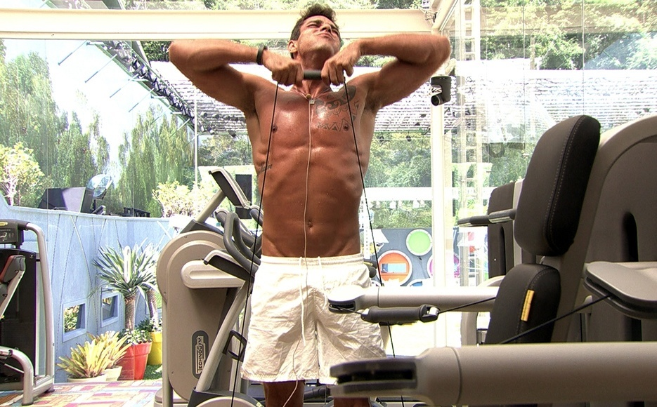 jan.2014 - Diego puxa ferro e exibe tanquinho na academia